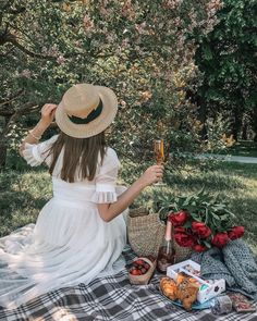 summer picnic with champagne, croissants, macaroons and berries Sommerpicknick mit Champagner, Croissants, Makronen und Beeren Picnic Date, Beach Picnic, Picnic Photography, Photography Poses, Picnic Fashion, Picnic Pictures, Shotting Photo, Spring Aesthetic, Picnic Foods