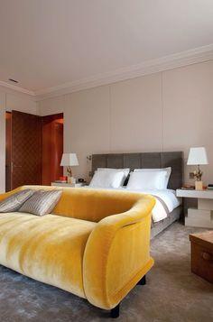 Legère touche de couleur pour une chambre épurée