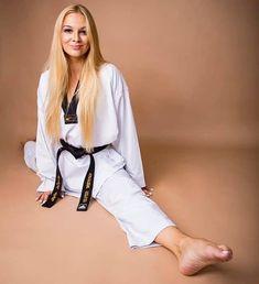 "boec.com on Instagram: ""👊 Perfect split from a taekwondo black belt from Poland! . . . . 📷 @jagodaulfig . Via @martialartsfemales . #martialarts…"" Black Belt Taekwondo, Taekwondo Girl, Karate Girl, Best Martial Arts, Self Defense Martial Arts, Martial Arts Women, Female Martial Artists, Barefoot Girls, Military Girl"