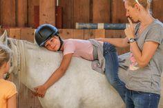 Das Glück der Erde liegt auf dem Rücken der Pferde! 🐴🍀 #urlaubaufdembauernhof 💛💚 #holidaysonthefarm #animallove #spielen #tierliebe #landleben Riding Helmets, Hats, Country Life, Playing Games, Hat