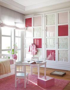 Entela los frentes de armario  En esta habitación infantil se ha aprovechado para jugar con las telas: dos distintas con un color en común, el rosa. La combinación tipo patchwork le da alegría y dinamismo. 17 ideas fáciles para decorar con telas · ElMueble.com · Trucos