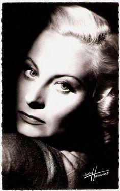 Michèle Morgan, born in 1920 - french postcard by editions du globe, photo studio harcourt