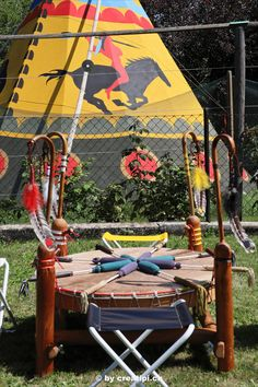 Grosse Pow-Wow-Trommel vor Büffeltipi Fair Grounds, Fun, Atelier, North America, Drum, Native Americans, Outdoor Camping, Hilarious