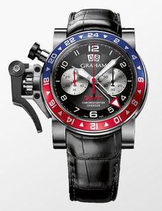 Devasa kasası, tasarımında kullanılan renkleri ve dinamik kadranıyla çarpıcı bir dizayna sahip olan Graham Chronofighter Oversize GMT, Graham@ın I. Dünya Savaşı sırasında pilotların rahatlığı için saatlerin kontrol mekanizmasını kasanın sol tarafına konumlandıran Chronofighter modelinin yeni nesil temsilcilerinden biri. 47 mm@lik kasasını çevreleyen hareketli bezeli ve onun enerjisini taşıyan profesyonel kadranıyla tüm ilgiyi merkeze toplayan saat, iki disk üzerine konumlanan büyük tarih…
