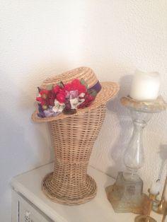 Mini canotier de flores en tonos rojos y morados CarideNicolas Tocados