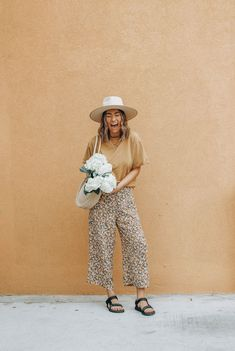 Teva sandal style with floral pants and a mustard tee plus a wide brim fedora hat. Check out 3 ways to reinvent your warm weather style this season! Spring Summer Fashion, Spring Outfits, Spring Style, Outfits With Hats, Cute Outfits, Stylish Outfits, Look Fashion, Fashion Tips, 2000s Fashion