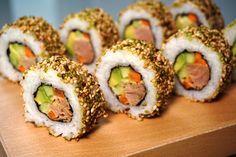 Uramaki sushi: Mit Thunfisch und Sesam / With tuna and sesame Sushi Recipes, Asian Recipes, Healthy Recipes, Ethnic Recipes, Sushi Co, Sushi Japan, California Roll Sushi, Vegan Sushi, Homemade Sushi