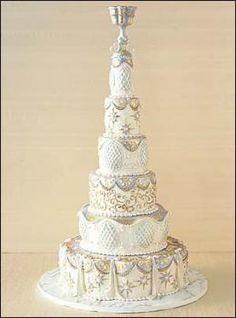 There's just something I like about the shape of this wedding cake - very elegant.