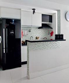 Foi a geladeira moderninha que ditou o visual que a área de 5 m², compartilhada por cozinha e lavanderia, conquistaria com a reforma.
