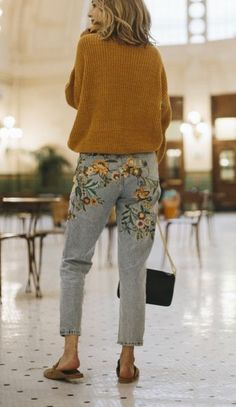 jeans vintage with flowers and oversize pull Look Fashion, Winter Fashion, Womens Fashion, Fashion Trends, Fashion Killa, Fashion Sites, Fashion Mode, Street Fashion, Spring Fashion