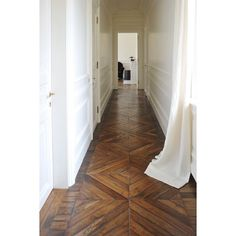 white paneled walls and old wooden flooring. corridoio con bianca e parquet originale Schöner holzflur Elegant paneling. Style At Home, Future House, My House, Home Fashion, Architecture, My Dream Home, Beautiful Homes, Sweet Home, New Homes