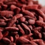 Red yeast rice contains an ingredient called monacolin K, which inhibits the action of an enzyme in the liver (HMG-CoA reductase) involved in the synthesis of cholesterol. Red Rooibos Tea, Health Benefits, Health Foods, High Cholesterol, Detox Recipes, Health And Beauty, Healthy Living, Rice, Nutrition