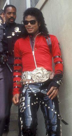 Michael Jackson oh gawd I love those pants! Red looks so good on him Janet Jackson, The Jackson Five, Michael Jackson Wallpaper, Michael Jackson Bad Era, Jackson Family, Michael Jackson Outfits, Michael Jackson Thriller, Elvis Presley, Lisa Marie Presley