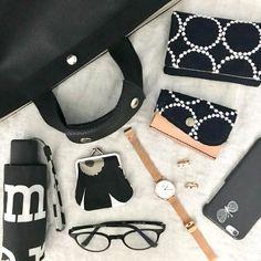 その人らしさが垣間見えるバッグの中身は、どれも個性的でこだわりに溢れていて魅力的ですよね。今回は、お洒落な人が持ち歩いているバッグの中身をご紹介します。バッグの中身をすっきり収納できるコツもご紹介していますので、是非ご覧ください。 What In My Bag, What's In Your Bag, Inside My Bag, What's In My Purse, Flat Lay Photography, You Bag, My Bags, Purses, Inspiration
