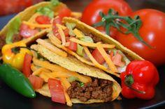 Receta de tacos mexicanos. Los tacos consisten en una tortilla doblada o enrollada en la que se introducen muchos tipos de alimentos. Es una receta muy popular no sólo en México sino ya en casi todo el mundo. Se puede rellenar con cualquier guiso de carne y/o verduras. Se comen con las manos como si fuera un bocadillo y se le acompañan con salsa picante, roja o verde, o más suaves como el guacamole. La masa para hacer la tortilla puede ser de maíz o de trigo. Doy una versión más tradicional…