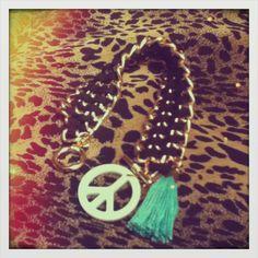 Pulsera negra y signo paz blanco Diy Ideas, Jewelry, Peace, White People, Jewels, Accessories, Jewlery, Jewerly, Schmuck