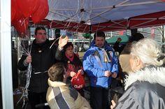 Denny Hitzeroth bereitet die Ballons für die Ballonaktion der Fraktionen des Magdeburger Stadtrates vor.