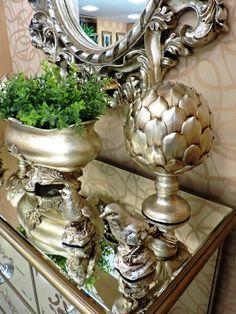 Efeito multiplicador! As peças de decoração em prata parecem se multiplicar quando colocadas sobre um móvel ou bandeja de espelho.Aposte nesta ideia. #produtomarche #espelhos #prata #decoracao #decoracaomonocromatica #marcheobjetos