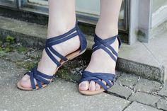 Den kompletten Look gibt's hier: http://www.miss-annie.de/das-blaue-kleid-mit-perlen/