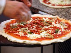 Nicola's Pizzeria Bolonijoje (Bologna). Neapolietiško stiliaus picos. Vienos picos užteks pasidalinti su 3-4 žmonėmis, bet jos tokios skanios, kad visą picą norėsite pasilikti tik sau :) Būtinai turite paragauti picą frutti di mare, čia ji išskirtinė.  Taigi ruoškitės keliauti į Piazza San Martino, 9, 40126 Bologna, Italy