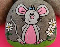 Bear with Balloon Step by Step Rock Painting Tutorial Rock Painting Patterns, Rock Painting Ideas Easy, Rock Painting Designs, Paint Designs, Painted Rock Animals, Painted Rocks Craft, Hand Painted Rocks, Pebble Painting, Pebble Art