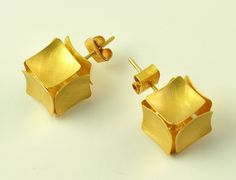 Todos los diseños de joyería están protegidos por copyright.  © 1999 Doretta Tondi    Seis plazas de oro se mantienen unidas por una estructura de cables internos, para formar un llamativo pendiente cúbico. Estos pendientes son lo suficientemente livianos como para ser usado cómodamente todo el día. Los lados del cubo están hechos de oro de 22 K y la estructura de alambre y postes son de oro macizo de 18 quilates.    Dimensiones aproximadas: 12 x 12 x 12 mm   Este par de aretes será hecha a…