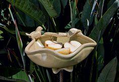 Como uma folha retorcida, os contornos irregulares nas bordas proporcionam design único para a peça criada pela ceramista Regina Dutra