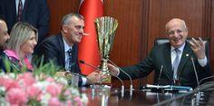 Hentbol Bayanlar Türkiye Kupası Şampiyonu Rize Ardeşen Gençlik ve Spor Kulübü (GSK), Yönetim, Teknik Ekip ve Sporcuları Türkiye Büyük Millet Meclisi Başkanı İsmail Karaman'ı ziyaret ederek başarılarını paylaştı.