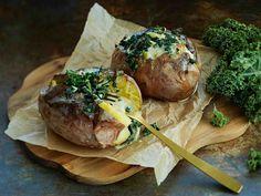 Uuniperunat juustoisella lehtikaalilla höystettynä sopivat lounaaksi tai suolaiseksi iltapalaksi.