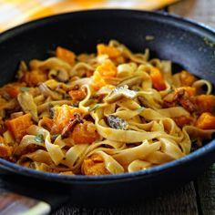 Makaron tagliatelle z dynią, czosnkiem i ziołami, posypany rozmarynem i podany ze startym żółtym serem, to wyborne danie z dynią na jesień! Macaroni And Cheese, Spaghetti, Ethnic Recipes, Food, Diet, Mac And Cheese, Essen, Meals, Yemek
