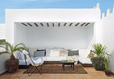 eklektiske hjem i Marrakech We would love to drink our morning coffee on this fantastic terrace retreat in Morocco.We would love to drink our morning coffee on this fantastic terrace retreat in Morocco. Patio Roof, Pergola Patio, Pergola Plans, Pergola Kits, Pergola Ideas, Pergola Curtains, Patio Ideas, Outdoor Sofa, Outdoor Spaces