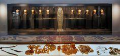 Περίοπτη θέση στην έκθεση, που έχει τίτλο «Μακεδονικοί Θησαυροί», κατέχει η «Δέσποινα των Αιγών», βασίλισσα και πρωθιέρεια των Μακεδόνων, με όλα τα χρυσά κοσμήματα και τα χρυσά ελάσματα που κοσμούσαν τη φορεσιά της.