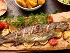 Pstrąg pieczony to jedno z tradycyjnych dań w różnych kuchniach świata. Być może dlatego, że to jedna z najsmaczniejszych ryb, żyjąca w wodach słodkich, a do tego zawiera wiele cennych składników niezbędnych dla zdrowia człowieka. Fish Recipes, Vegan Recipes, Vegan Junk Food, Vegan Sushi, Vegan Baby, Vegan Bodybuilding, Vegan Smoothies, Vegan Sweets, Fish And Seafood