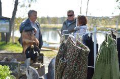 Syysmarkkinoilla on myynnissä muun muassa puu- ja neulekäsitöitä. Ostosten lomassa on hyvin aikaa jututtaa markkinamyyjiä.  Luuppi, Oulu (Finland)