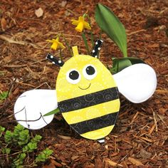 This bee is easy to make, has lots of fun texture for the little one, and makes a crinkly noise using recycled material! Staci at Crafty Staci has a free sewing pattern and tutorial showing how yo… Sewing Toys, Baby Sewing, Sewing Crafts, Foam Crafts, Fabric Crafts, Baby Crafts, Sewing Patterns Free, Free Sewing, Fabric Flower Headbands