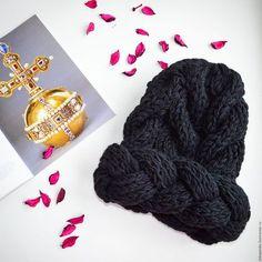 Купить или заказать Шапка с объемной косой в интернет-магазине на Ярмарке Мастеров. Объемная шапка с декоративной поперечной косой, возможно исполнение в любом цвете. Не смотря на внушительные размеры шапка легкая и удобная в носке. Шерсть с добавлением акрила делает шапку мягкой и позволит надолго избежать скатывания.