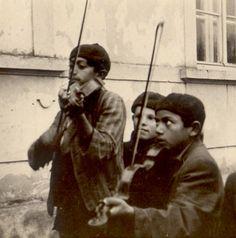 Gypsies in Bratislava in 1941  Цыгане в Братиславе 1941 года.     ...Будет теплое пиво вокзальное, будет облако над головой, будет музыка очень печальная -...