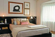 decoração; quadros sob a cabeceira; paredes brancas c/ móveis escuros;