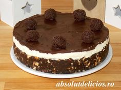 So simple and yet so delicious and appetizing, this chocolate biscuit cake is awesome and you definitely have to try it! And the greatest part of this recipe: it's a no bake recipe :). White Chocolate Ganache, Chocolate Truffles, Melting Chocolate, Cake Videos, Food Videos, Brigadeiro Cake, Chocolate Biscuit Cake, Cake Ingredients, Cake Tins