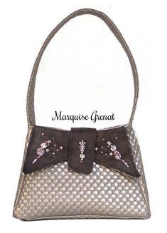 Sac Ava cousu par Marquise Grenat - Tissu(s) utilisé(s) : Simili cuir capitonné taupe, suédine déperlante taupe foncée, dublure coton imprimé - Patron Sacôtin : Ava