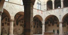 The Bargello Museum  El Museo Nacional tiene su ubicación en uno de los edificios más antiguos de Florencia que se remonta a 1255 Inicialmente el sede del Capitano del Popolo (Capitán del Pueblo) y más tarde del Podestà, el palacio se convirtió, en el siglo XVI, la residencia del Bargello que es del jefe de la policía (de la que el palacio toma su nombre) y fue utilizado como prisión durante todo el siglo XVIII. Era el lugar de reunión del Consejo de los Cien