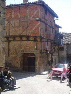 La casa del Picapedrero, constructor de la Iglesia de San Lorenzo no lleva adobe entre el entramado de madera, sino ladrillo cocido.