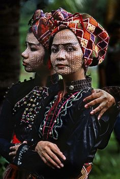Two members of the Ramon Obusan troupe wait backstage to perform Yakan dances in Basilan, Philippines by Steve Mccurry tribal face tattoos female misc Steve Mccurry, Beautiful World, Beautiful People, People Around The World, Around The Worlds, Fotografia Social, Folk, Turbans, Portraits