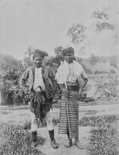 COLLECTIE TROPENMUSEUM Portret van twee mannen in Perlak op Atjeh.