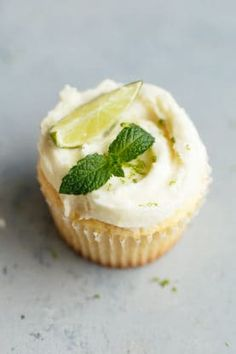 Fluffy Lemon Cupcakes Recipe with Mojito Frosting – Perfectly tender, moist and … Fluffy Lemon Cupcakes Rezept mit Mojito-Zuckerguss – Perfekt zarte, feuchte und pikante Zitronen-Cupcakes, gekrönt mit feiner leckerer Mojito-Buttercreme. Cupcake Recipes, Baking Recipes, Cupcake Cakes, Dessert Recipes, Cup Cakes, Cupcake Ideas, Mini Cakes, Dessert Ideas, Lemon Desserts