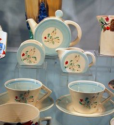 Clarice Cliff tea set... sucked in my breath when I saw this.  The lines are stunning!