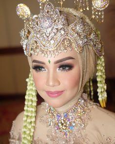 See More wedding dream – Wedding İdeas Muslimah Wedding Dress, Slit Wedding Dress, Muslim Wedding Dresses, Perfect Wedding Dress, Wedding Makeup Looks, Wedding Beauty, Wedding Looks, Dream Wedding, Wedding Tips