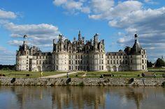 Chambord est sans nul doute le plus connu des châteaux de la Loire. Cette construction royale grandiloquente, que l'on doit à François Ier, a en effet de quoi impressionner tout ceux qui le visitent. 440 pièces, 365 cheminées, 13 escaliers principaux... ces quelques chiffres témoignent de son faste. Chambord figure par ailleurs sur la prestigieuse liste du patrimoine mondial de l'Unesco.