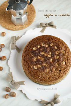 Torta integrale al caffè e nocciole, soffice e umida, senza burro, senza latte e con zucchero e farina integrale per una colazione leggera e golosa.