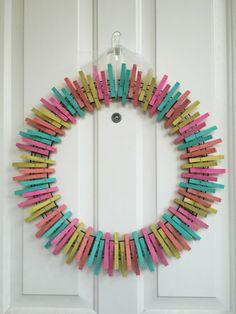 tuto bricolage facile à faire - déco en pinces à linge multicolores en forme de cadre rond